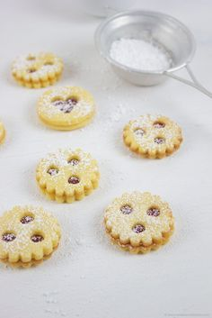 "Linzer Augen // Austrian Christmas Cookies called ""Linzer Augen"" filled with red… Linz eyes // Austrian Christmas cookies called ""Linzer Augen"" filled with redcurrant jam Sweets Cake, Cookie Desserts, Just Desserts, Cookie Recipes, Dessert Recipes, Xmas Cookies, Cake Cookies, Biscuits, Austrian Recipes"