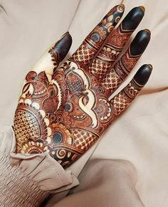 If You are working on something that you really care about, you don't have to be pushed. The vision pulls you   Follow @theweddingbels 💖💖for more Inspirational henna ideas  Tag your friends 📌  Mehndi by @Mehndibyhayat