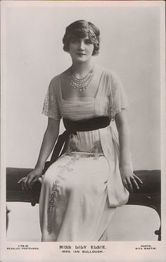 Edwardian Fashion,1900-1916. Previous pinner and I are amazed that this photo taken decades before Princess Diana was even born bears a remarkable resemblance to her in her younger years. I actually thought it was an early photo of her posing in vintage clothing. It even matches her elegance. jαɢlαdy