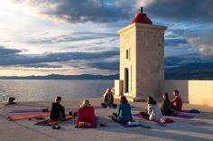 """YOGA   TEACHING   LIFESTYLE auf Instagram: """"Wie versprochen ein Foto von unserer Yogasituation hier in Kroatien ❤️ Da wir jeden Abend woanders anlegen, machen wir auch jeden Tag…"""" • Instagram"""