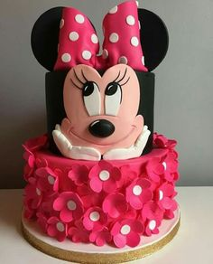 Perfect for a first birthday theme, a Minnie Mouse party is sure to be a hit with your little Disney fan. From cake to decorations, we have tons of adorable Minnie Mouse party ideas that you can easily incorporate into your event. Minnie Mouse Party, Minni Mouse Cake, Bolo Do Mickey Mouse, Minnie Mouse Birthday Cakes, Bolo Minnie, Minnie Cake, Birthday Cake Girls, Mouse Parties, Birthday Parties