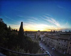 Lembra do café do Museu Capitolino que eu falei em alguns posts atrás? Pois é a vista é essa! :) Não é muito lindo? Ali em baixo tem o Teatro Marcelo! . Lembre-se que nós fazemos o seu roteiro personalizado em Roma organizamos o seu transfer do/para o aeroporto e também sua hospedagem! info@emroma.com . Veja mais no Snapchat Em_Roma #Roma #europe #instatravel #eurotrip #italia #italy #rome #trip #travelling #snapchat #emroma #viagem #dicas #ferias #dicasdeviagem #brasileirospelomundo…