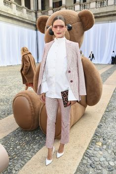 During Milan Fashion Week, Olivia Palermo gave a classic suit a cool upgrade by leaving her blouse untucked, adding pink shades, wearing white pumps, and carrying a leopard clutch by Pretty Ballerinas. Estilo Olivia Palermo, Olivia Palermo Lookbook, Olivia Palermo Style, Fashion Fail, Look Fashion, Fashion Tips, Fashion Moda, Fashion Weeks, Fashion Bloggers