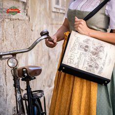"""Ich fand dieses kultige Notenblatt des """"Puch Marsch"""" am Flohmarkt und war sofort inspiriert, daraus eine besonderen Handtasche für Fahrradliebhaber, insbesondere mit einer Vorliebe zu Vintage, zu kreieren. Vorne sehen wir eine lustige Gesellschaft auf ihren Puch-Fahrrädern. auf der Rückseite die teile der Noten und den Text des Marsches. Drafting Desk, Shopping, Vintage, Home Decor, Art, Piano Sheet, Handmade Bags, Repurpose, Art Background"""
