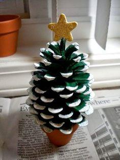 Cocotte sapin—Après avoir peint en vert et blanc une cocotte, on la colle dans un petit pot de terre cuite. On colle au sommet une étoile, pour créer un sapin miniature.