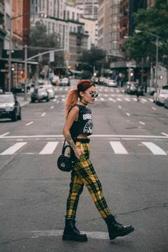 Doc Martens have been in style for almost 60 years, discover what made them so popular. We also discuss how to wear them in style! Band Tee Outfits, Cool Outfits, Summer Outfits, Fashion Outfits, Fashion Fashion, Street Fashion, Doc Martens Outfit Summer, Dr Martens Outfit, Grunge Outfits