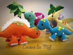 Dinossauros fofos para decoração de quarto e festa.  Em feltro, com enchimento siliconado anti alérgico. Feito todo a mão sem uso de máquina de costura.  Escolha a quantidade, os modelos e cores de sua preferência.    Valor referente a 1 (um) dinossauro.    Tamanhos:    Dino Azul - Diplodoco - 12...