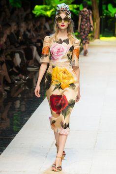 Previous                                                                                              Next       PRÊT-À-PORTER PRINTEMPS-ÉTÉ 2017  Dolce & Gabbana 66 / 93 Détails Premier rang