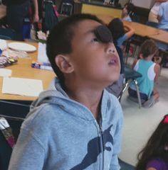 Minuutti aikaa suorittaa tehtävä (tai kuka on nopein-tehtävänä) - keksi nenän yläosaan, oppilas liikuttaa sen kasvojen lihaksilla suuhunsa.
