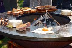 Braséro plancha Ofyr, une nouvelle approche de la cuisine et de l'accueil en extérieur. Grill Oven, Bbq Grill, Barbecue, Grilling, Outdoor Fire, Outdoor Living, Argentina Grill, Metal Tv Stand, Barn Renovation