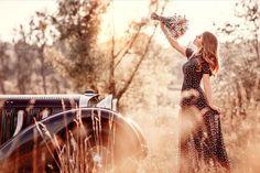 Девушка с букетом цветов стоит у авто, ву Irina Dzhul