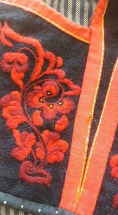 Immateriell kulturarv Montering av Vest-Telemarkbunad til kvinne Viking Embroidery, Vest, Embroidery, Vest Outfits