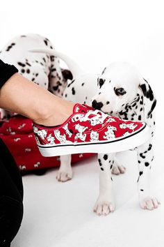 The puppies have arrived for the holidays! The new Disney and Vans collection is available now, featuring 101 Dalmatians. - I must own these shoes! Disney Vans, Disney Shoes, Disney Outfits, Disney Trips, Disney Fashion, Disney Disney, Cute Shoes, Me Too Shoes, Tenis Vans