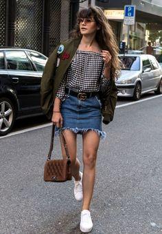 Dupla estilosa: Saia jeans com tênis - Gucci Jeans - Ideas of Gucci Jeans - Bomber jacket verde militar blusa ombro a ombro xadrez saia desfiada cinto gucci tênis branco bolça chanel Skirt Fashion, High Fashion, Fashion Outfits, Womens Fashion, Fashion Trends, Gucci Jeans, Olive Jacket, Teenager Outfits, Denim Outfit
