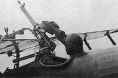 Maneira de substituir em vôo o tambor duplo de 97 tiros de uma Lewis em montagem Foster-Cooper.