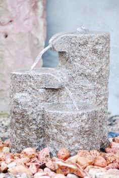 Quellstein, Bachlauf, Granit, Wasserspiel, Gartenbrunnen, Wasser im Garten   Ausstellung BRUNNENSCHMIEDE.DE