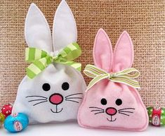 Bunny Treat Bag im Stickrahmen - GG Designs Embroidery, Embroidery Hoop Crafts, Machine Embroidery Projects, Free Machine Embroidery Designs, Embroidery Fonts, Embroidery Patterns, Embroidery Applique, Beaded Embroidery, Felt Crafts, Easter Crafts