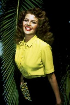 Rita Hayworth, This outfit is hot. it's that style that has come into Vogue lately and looks super classy, AND va vava voom. She has a beautiful smile. Old Hollywood Glamour, Golden Age Of Hollywood, Vintage Hollywood, Hollywood Stars, Classic Hollywood, Rita Hayworth, Sainte Rita, Margarita, Divas