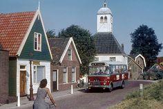 1976 | Durgerdam. DAF/Verheul-'microbus' op GVB-lijn 30 (Holysloot - Ransdorp - Durgerdam - Schellingwoude - Buikslotermeerplein - Zunderdorp). Op de achtergrond de 'Kapel', een oorspronkelijk 17de eeuws houten dorpskerk op de 'hoek van 't IJ' dat in de loop der eeuwen diverse functies heeft gehad.
