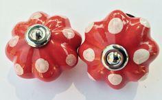 162 Rode porseleinen kastknop met witte stippen