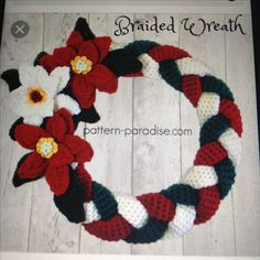 Braided Christmas Wreath, free crochet pattern in Red Heart Strata and Super Saver by Pattern Paradise.A free crochet pattern of a Christmas Wreath. Do you also want to crochet this Wreath? Read more about the Free Crochet Pattern Christmas Wreathfre Crochet Christmas Wreath, Crochet Wreath, Crochet Christmas Decorations, Christmas Crochet Patterns, Holiday Crochet, Christmas Knitting, Crochet Home, Crochet Crafts, Crochet Flowers