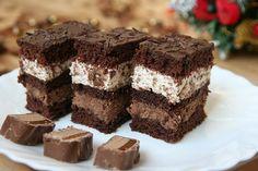 Výborný zákusok so šľahačkou a s krémom s čokoládky Mars. Romanian Desserts, Resep Cake, Good Food, Yummy Food, Food Cakes, Something Sweet, No Cook Meals, Chocolate Recipes, Cake Recipes