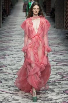Gucci Spring 2016 Ready-to-Wear Collection Photos - Vogue Fashion Tv, Pink Fashion, Runway Fashion, Fashion Show, Fashion Design, Milan Fashion, Gucci Fashion, Dress Couture, Haute Couture Style