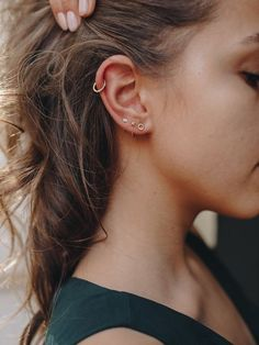 36 Ear Piercings for Women Beautiful and Cute Ideas Ear piercings are always hot! In other words, they can make you look totally different from the rest. Ear piercing is not just limited to the standar… Piercing Oreille Cartilage, Innenohr Piercing, Cool Ear Piercings, Ear Peircings, Types Of Ear Piercings, Multiple Ear Piercings, Triple Lobe Piercing, Helix Piercing Jewelry, Second Piercing