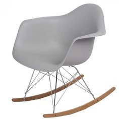 Organikus, formázott ülés, az íves fa lábak igazán vonzzák a tekinteteket! A P018 RR PP hintaszékeket elsősorban azoknak ajánljuk, akik szeretik a merész színeket és egyedi megoldásokat. Innovatív belső és klasszikus terekbe tökéletesen beleillik. Rocking Chair, Fendi, Fa, Furniture, Design, Home Decor, Living Room, Chair Swing, Decoration Home