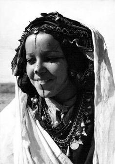 "Africa | ""Femme Moyen Atlas"". Morocco || Vintage postcard; publisher Ed Jeff, Casablanca. No 441."