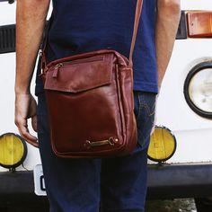 be86f349d A bolsa-carteiro Martin é uma bolsa masculina moderna, discreta e muito  prática.