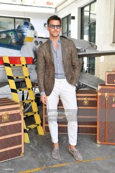 Johannes Huebl attends the Etro fashion show during the Milan Men's Fashion Week Spring/Summer 2020 on June 2019 in Milan, Italy. Milan Men's Fashion Week, Mens Fashion Week, Fashion Show, Fashion Outfits, Casual Suit, Casual Looks, Street Style Boy, Older Mens Fashion, Blazer With Jeans