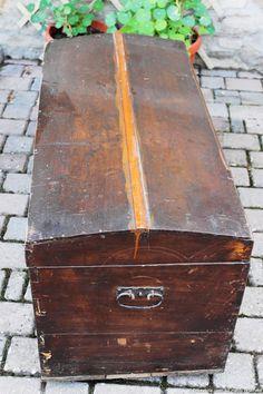 il baule come si presentava: spaccatura superiore e due strati di diverse vernici