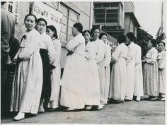 투표소 앞에 줄을 선 사람들(1948). 생산기관 : 미국 국립기록관리청
