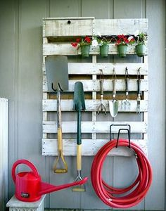 Organizar el garaje con palets de madera Garage Tool Storage, Shed Storage, Built In Storage, Free Pallets, Wood Pallets, Pallet Designs, Wood Creations, Outdoor Landscaping, Ceiling Design