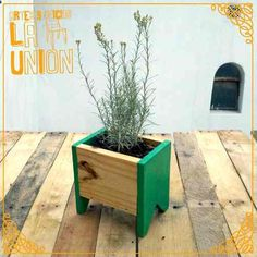 jardinera paletscommunity and decor - Resultado de imagen para jardinera paletscommunity and decor - Diy Planter Box, Wooden Planters, Small Wood Projects, Diy Pallet Projects, Raised Garden Bed Plans, House Plants Decor, Backyard Projects, Picture On Wood, Plant Holders