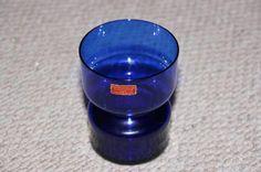 §§§ FIN BLÅ GLASS-VASE FRA RANDSFJORD GLASS - etikettmerket. Selges av Skobil2 fra Auli på QXL.no. 11 cm høy og 8,5 cm i diameter på toppen.