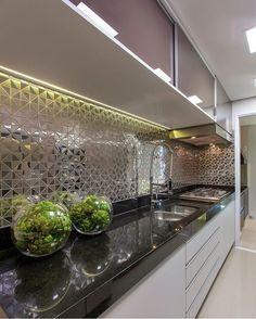 Que revestimento DIVINO! detalhes dessa cozinha linda. Por Iara Kilaris    @decorcriative