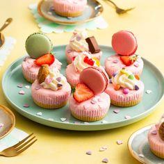 Mini aardbeien kwarktaartjes | Bakken.nl Mini Cupcakes, Macarons, Baking, Healthy, Desserts, Food, Cakepops, Drinks, Birthday Cakes