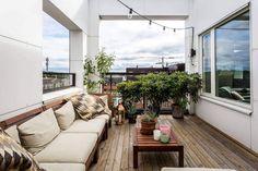 Elegante Dachterrasse in Brauntönen mit Pflanzen