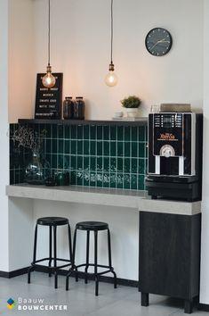 Retro koffiehoek met groene tegeltjes. Accessoires mat zwart en een betonnen blad. Echt een gezellig hoekje voor klanten! Showroom, New Homes, Interior, Kitchen, Shop, Furniture, Home Decor, Desk, Cooking