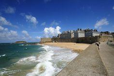 """Saint Malo - """"Vaisseau de pierre sur l'embouchure de la Rance, Saint-Malo dresse fièrement ses remparts au-dessus de ses plages et de son port. Les façades et tours émergeant des fortifications donnent à la ville sa silhouette unique. Pour aborder la cité malouine, le chemin de ronde offre des vues imprenables !"""""""