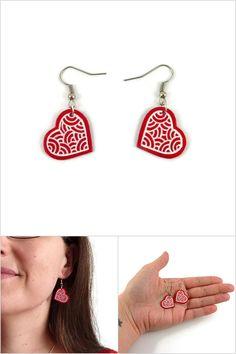 Boucles d'oreille coeurs rouges aux volutes blanches fixés en biais - Bijoux fantaisie réalisés sur commande par @savousepate à partir de plastique recyclé (CD) - Idée cadeau femme / Saint Valentin