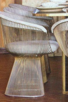 Deze stoel doet me denken aan de Afrikaanse stijl, omdat hij uit riet bestaat. Ik houd van de buitenlandse cultuur.