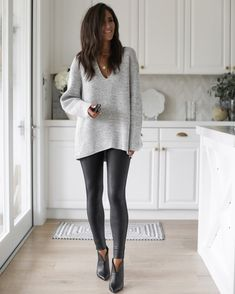 Casual Leggings Outfit, Legging Outfits, Black Booties Outfit, Leather Leggings Outfit, Faux Leather Leggings, Casual Fall Outfits, Leggings Fashion, Outfits With Leather Pants, Outfit Ideas With Leggings