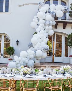 We associate balloons with fun and happy. We collected wedding balloon decorations ideas from fun backdrops to ceremony aisle decor. Balloon Installation, Balloon Backdrop, Balloon Garland, Balloon Ideas, Balloon Display, Balloon Wall, Marble Balloons, White Balloons, Wedding Balloon Decorations