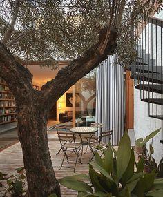 [BY 가치] 아름다운 순간을 담은중정주택, 책장인테리어         엄청나게 낭만적인 책장인테리어가 있...