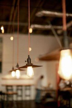 天井から下げるペンダントライトは、天井に直に取り付けるシーリングライトとは異なり、部屋全体を隅々まで明るくするためのものではありません。