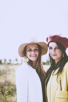 #photographie #soeur #portrait #vintage #couleur Cowboy Hats, Bucket Hat, Charlotte, Portrait, Vintage, Fashion, Photography, Color, Moda