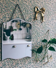 Green wallpaper on the wallpaper - here are my favorites! Many nice wallpapers in the post! Green Wallpaper, Cool Wallpaper, Nice Wallpapers, Wallpaper Borders, William Morris Tapet, Designer Wallpaper, Valance Curtains, Wall Decor, Cottage